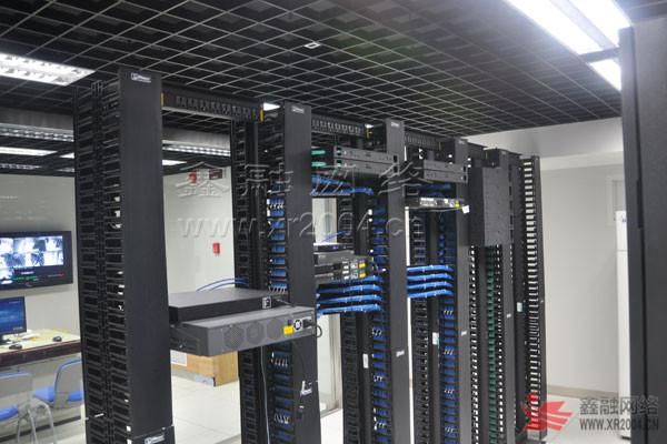 设计,包括装饰工程、配电工程、精密空调、气体消防、机房环境监控、综合布线、KVM等系统;其中机柜、UPS、精密空调均采用艾默生产品,机房布线采用Panduit万兆铜缆(7类)和万兆光纤系列产品。     安信农业保险