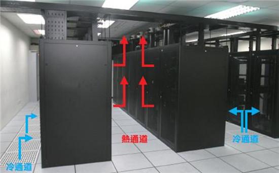 现在数据中心机房已经普及到各行各业,大家都应该知道数据中心机房建设的重要性,它关联企业的正常运作,可以称为是企业的命脉。最近一家企业业主联系到鑫融网络,问及机房空调的使用及安装。机房空调是一个机房分支工程,为设备提供一个安全运行的空间。那么鑫融网络小编为大家倾情讲解下机房空调。  大家都知道机房设备释放的热量大或者洁净度要求比较高,需要过滤粉尘、杂质。机房里的设备对环境要求比较苛刻,温度湿度要求都较高。而且是常年都这样,一般空调控制不到这么精准,而且常年不停的工作也很容易坏。机房空调可以长时间满负荷运行,