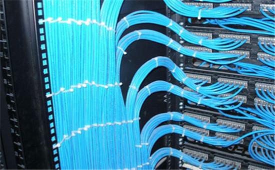 如今越来越多的企业用户建立自己的局域网,找一家靠谱正规的机房综合布线公司显得格外重要,好比一幢大楼打地基绝对是首选重要任务,网络中心机房设计与施工的优劣直接关系到机房内计算机系统,在整个机房建设中综合布线又起到重要作用。很多客户不知道机房综合布线的基本要点是什么,往往忽视了细微之处,鑫融小编带您了解机房综合布线的几大基本要点。  弱电布线:弱电布线中主要包括同轴细缆、五类网线和电话线等,综合布线时应注意在每个机柜、设备后面都有相应的线缆,并应考虑以后的发展需要,各种线缆应分门别类用尼龙编织带捆扎好。 强电